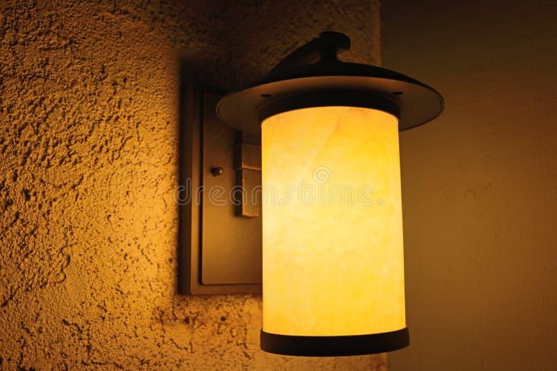 Porchlight bij nacht stock afbeeldingen