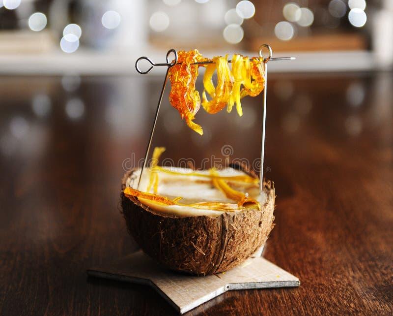 Porción creativa del capuchino en un coco con caramelo de la ejecución Stylism del café de la comida foto de archivo libre de regalías