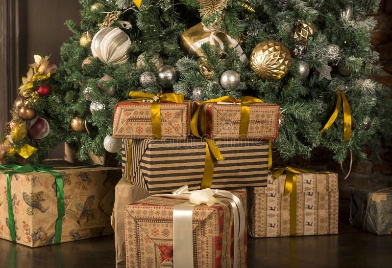 porción de cajas con los regalos en una caja de regalo debajo del árbol de navidad adornado fotos de archivo libres de regalías