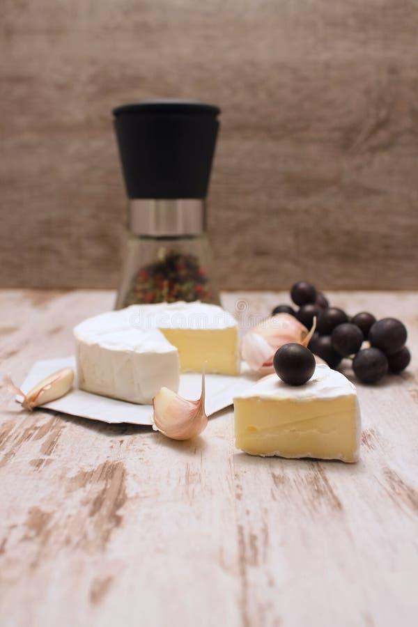 Porción de camembert foto de archivo