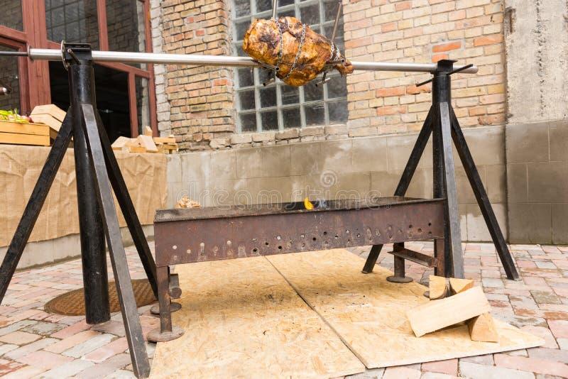 Porción de carne que asa sobre un fuego abierto fotografía de archivo libre de regalías