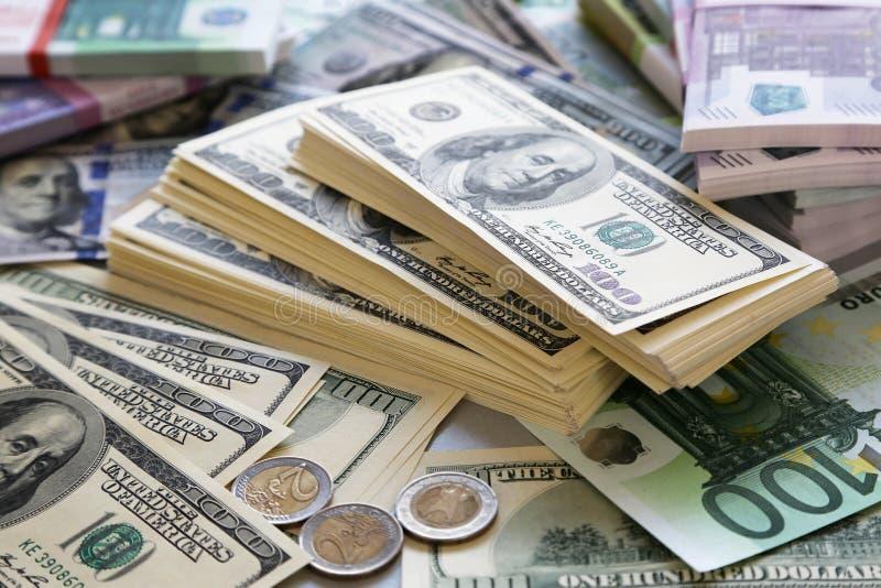 Porción de dólares y de euros foto de archivo
