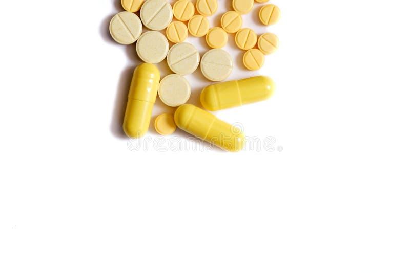 Porción de diversas píldoras de la medicina en un fondo blanco fotografía de archivo