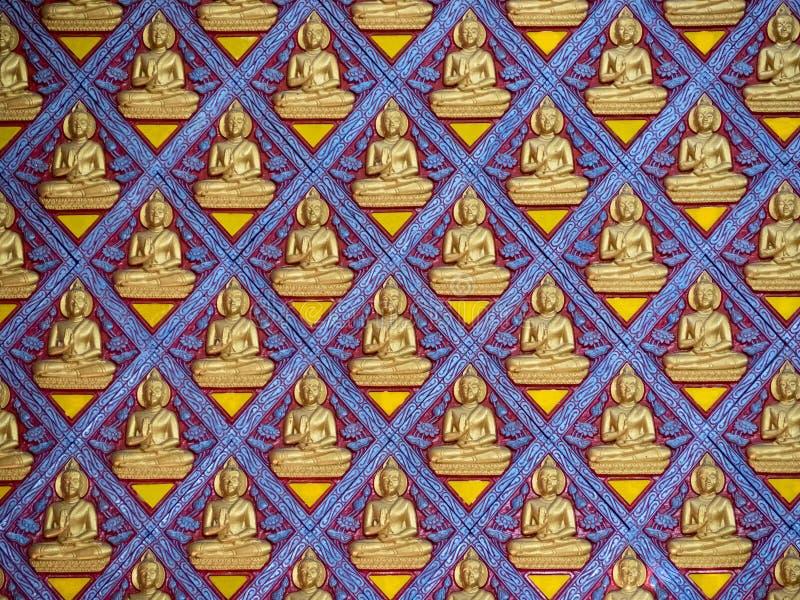 Porción de figura de Buda en el muro de cemento imagen de archivo libre de regalías