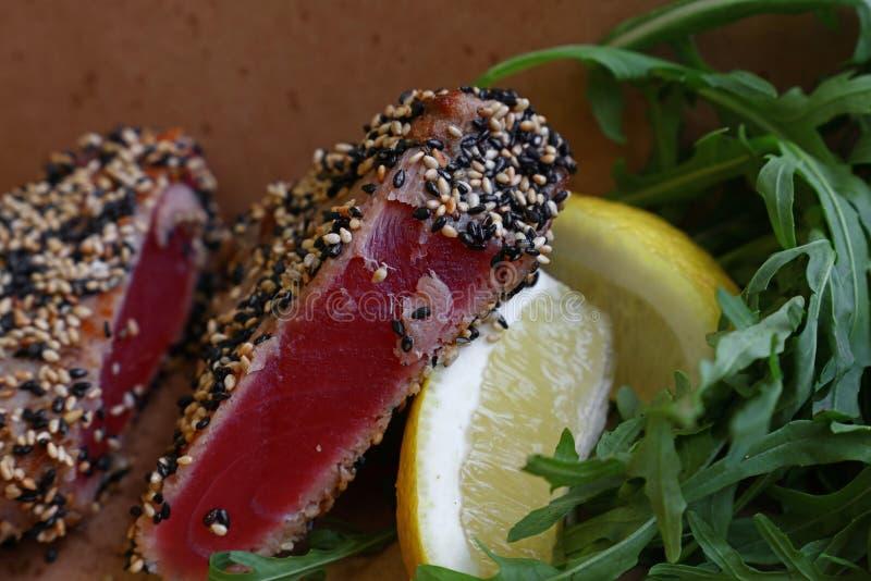 Porción de la comida de la calle de filete de atún con la ensalada fotografía de archivo libre de regalías