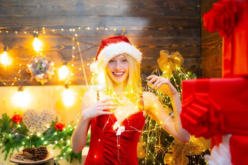 Porción de luces Paz y alegría del amor por año entero Fiesta de Navidad del sombrero de santa de la muchacha La muchacha celebra fotografía de archivo libre de regalías