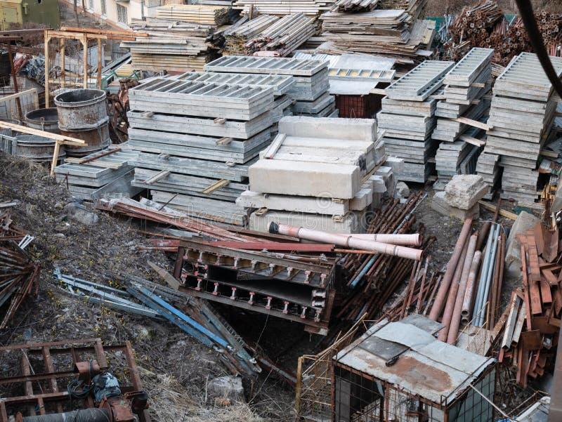 Porci?n de materiales de construcci?n, bloques de cemento, tubos, tubos en el emplazamiento de la obra fotografía de archivo