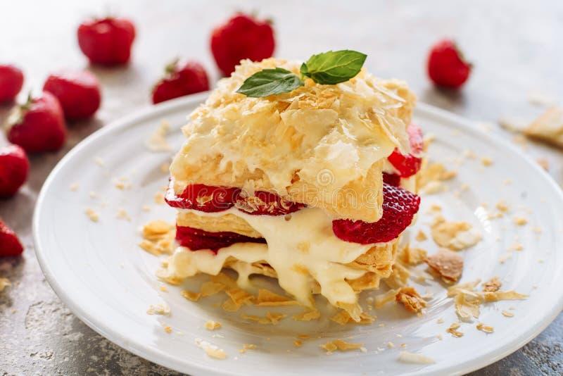 Porción de Napoleon Cake con el primer de la fresa imagen de archivo