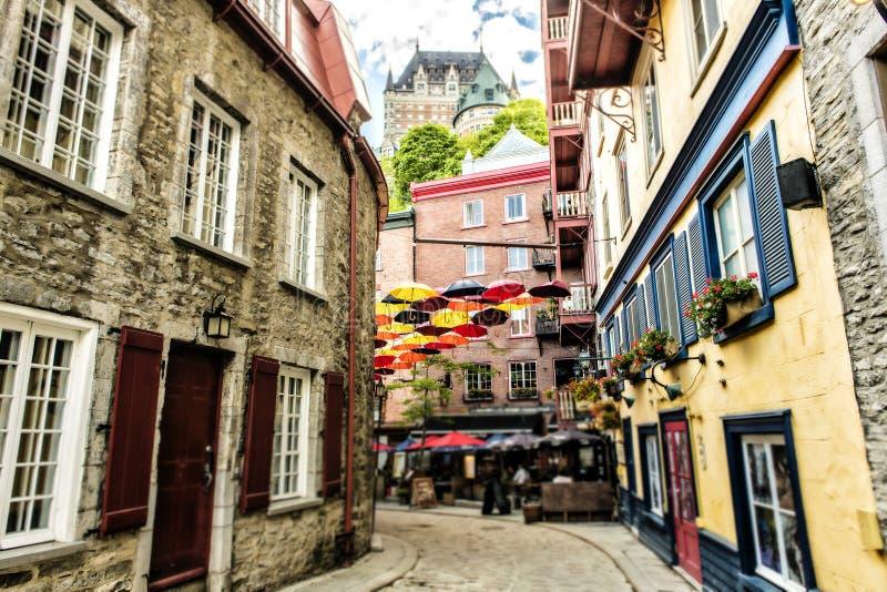 Porción de paraguas en la calle pequena la ciudad de Quebec, Canadá de Champlain imagen de archivo libre de regalías