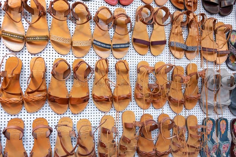 Porci?n de sandalias de cuero exhibidas en el viejo mercado de la ciudad jerusal?n foto de archivo