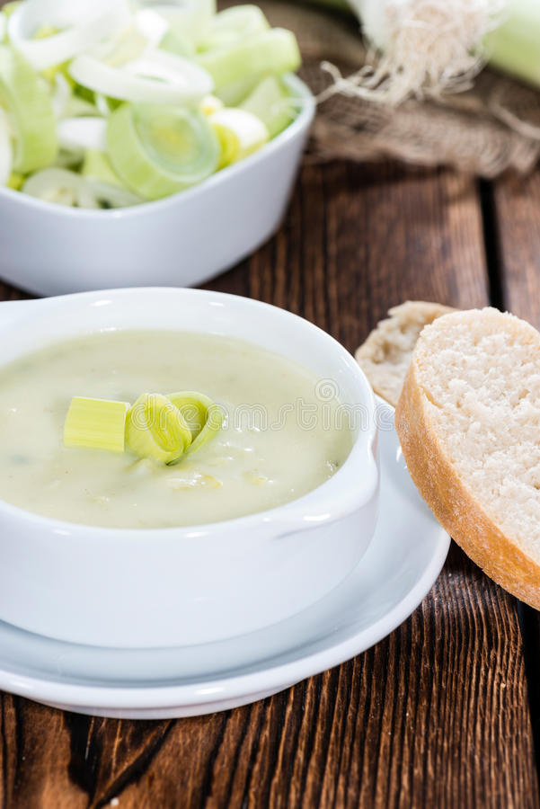 Porción de sopa del puerro foto de archivo
