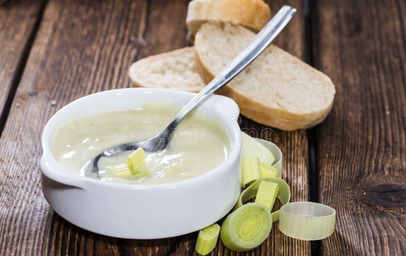Porción de sopa del puerro fotos de archivo