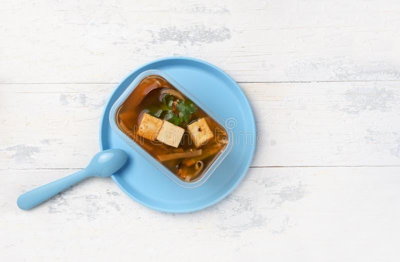 Porción de sopa de miso japonesa en caja plástica fotos de archivo