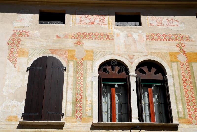 Porción de una fachada elegante de un edificio en Padua en el Véneto (Italia) foto de archivo