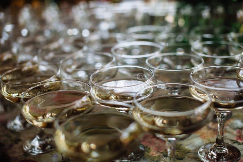 Porción de vidrios con champán en la tabla imágenes de archivo libres de regalías