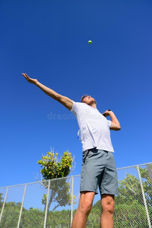 Porción del jugador de tenis que juega al aire libre - al hombre del deporte imagenes de archivo