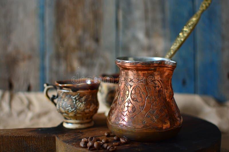 Porción fragante colorida del café Pote y tazas auténticos del café fotos de archivo