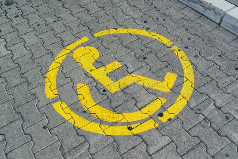 Porción reservada del espacio de estacionamiento para la persona discapacitada fotografía de archivo