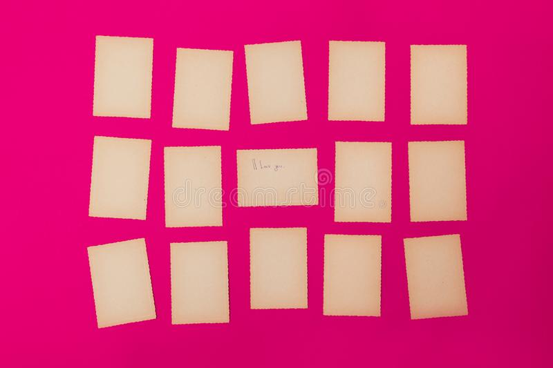 Porción rosada del viejo del vintage sistema del papel de aviso acanalado del tablero del recordatorio de la misiva de la letra d fotografía de archivo