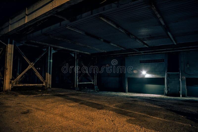 Porción urbana oscura y vacía de la ciudad en la noche foto de archivo