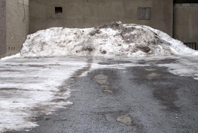 Porción vacía con la pila sucia de la nieve. fotos de archivo libres de regalías