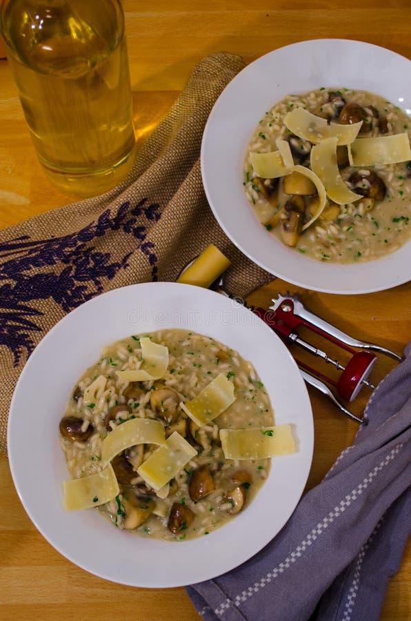 Porcini répand risotto avec des tranches de fromage photos stock