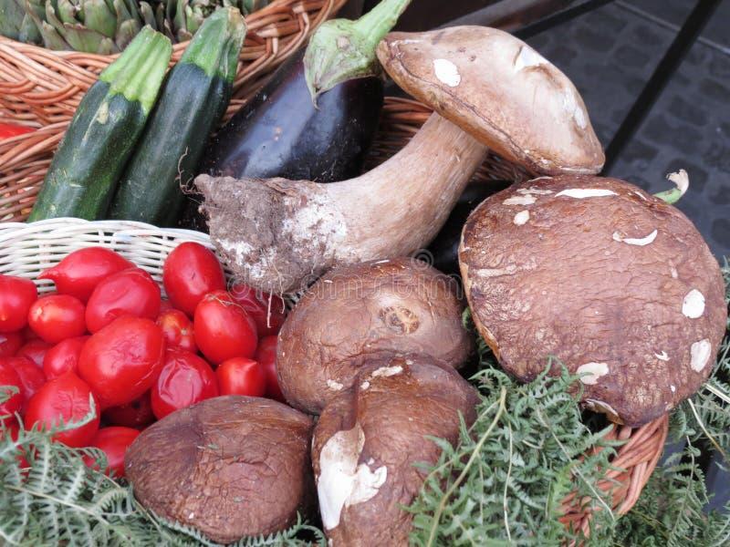 Porcinipaddestoelen en groenten stock afbeeldingen