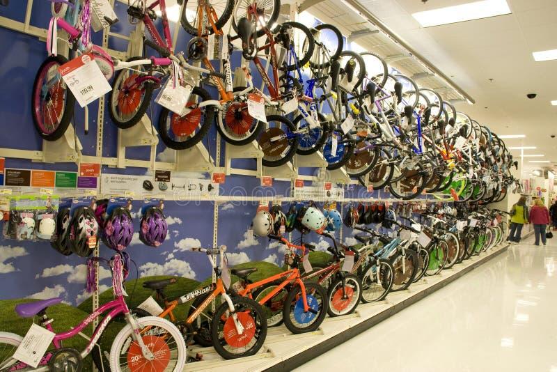 Porciones de bicis y de cascos para la venta en almacén imagenes de archivo