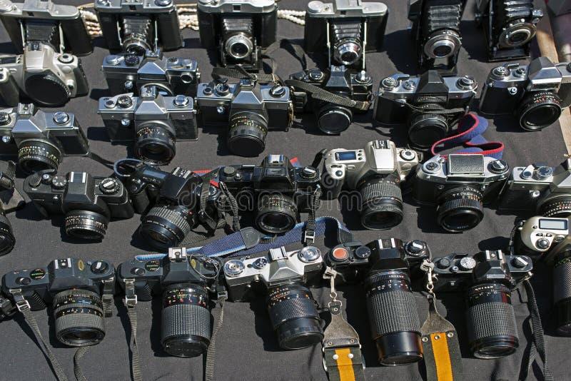 Porciones de cámaras del vintage en un mercado de pulgas imágenes de archivo libres de regalías
