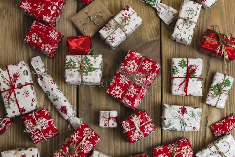 Porciones de cajas de regalo en el fondo de madera Presentes en arte y cuesta fotos de archivo libres de regalías