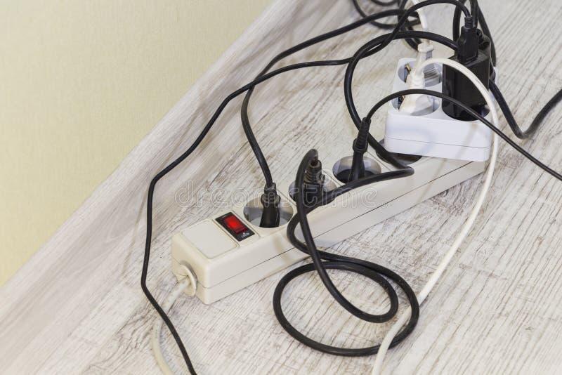 Porciones de dispositivos mercado-permitidos eléctricos Ahorro de energía fotos de archivo