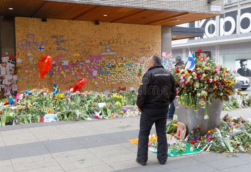 Porciones de flores en Estocolmo central de la gente que paga respecto imagen de archivo libre de regalías