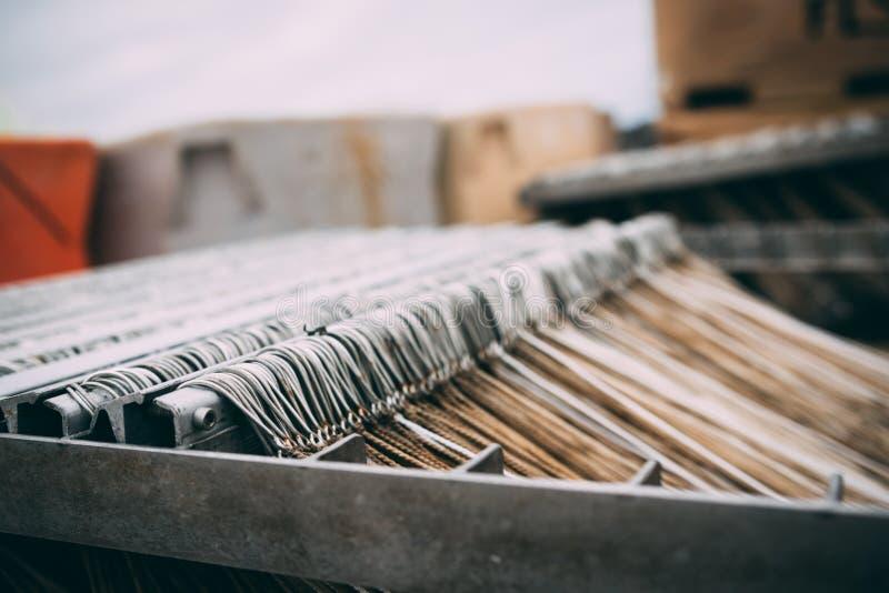 Porciones de ganchos de pesca colocados en orden en la fábrica o el puerto de los pescados fotografía de archivo libre de regalías