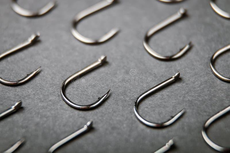Porciones de ganchos de pesca en fondo negro fotografía de archivo libre de regalías