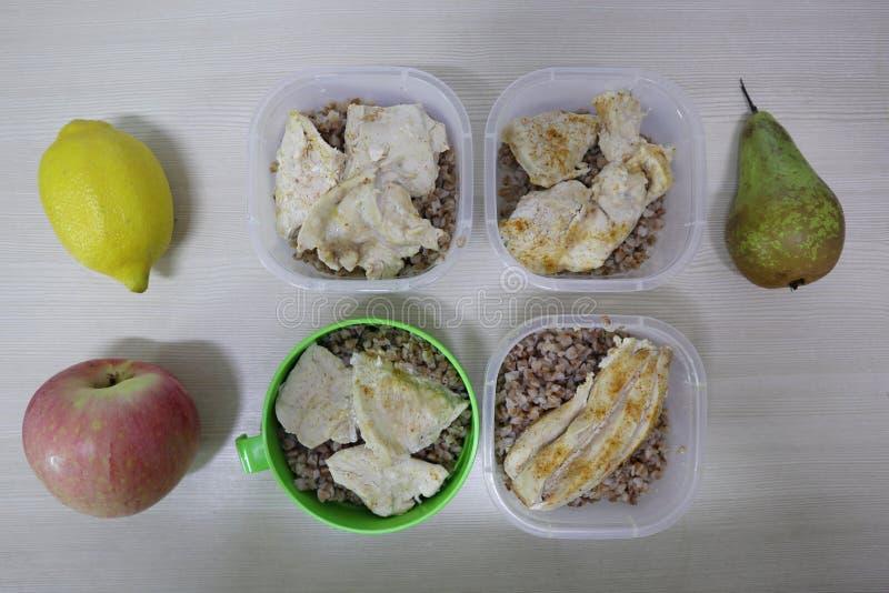 Porciones de la comida correcta - alforfón y pollo imagen de archivo