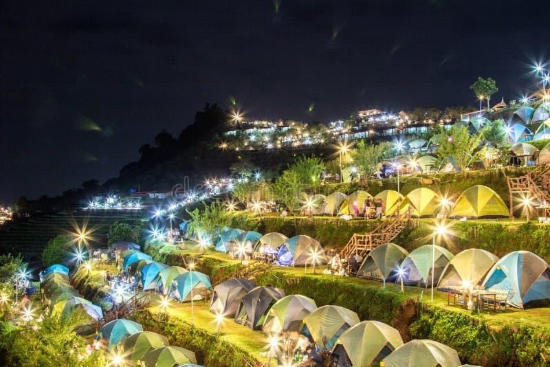 Porciones de la visión de área que acampa de las tiendas en la montaña en la noche fotos de archivo