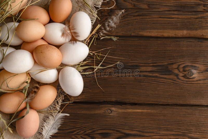 Porciones de la visión superior de huevos blancos y marrones en lona foto de archivo libre de regalías