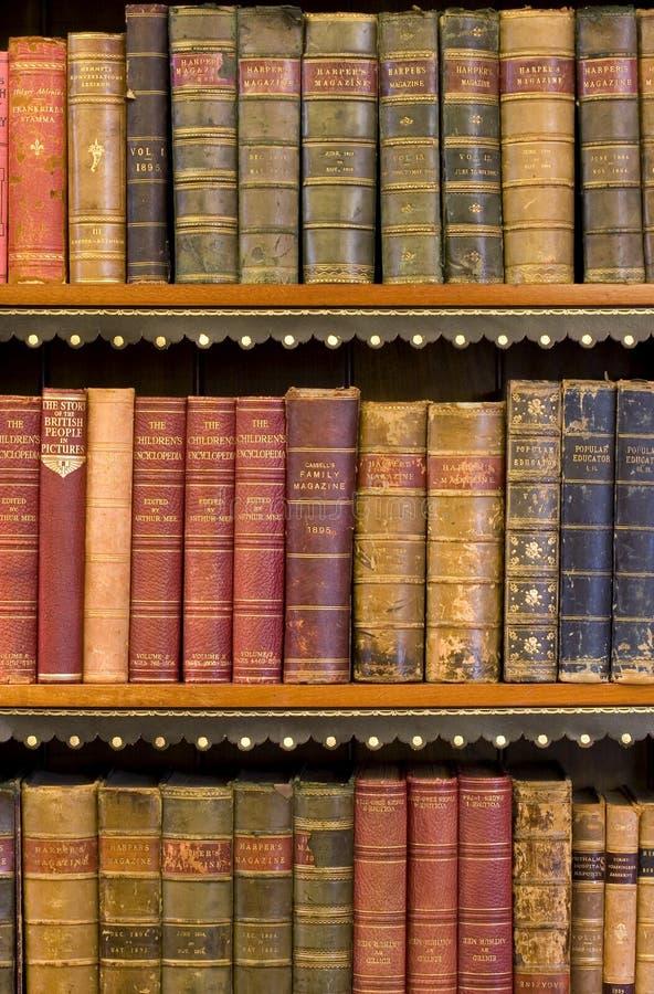Porciones de libros viejos en una biblioteca fotografía de archivo