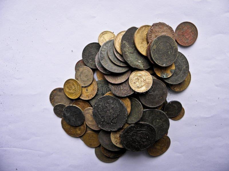 Porciones de monedas de cobre viejas para el resvavration imagen de archivo