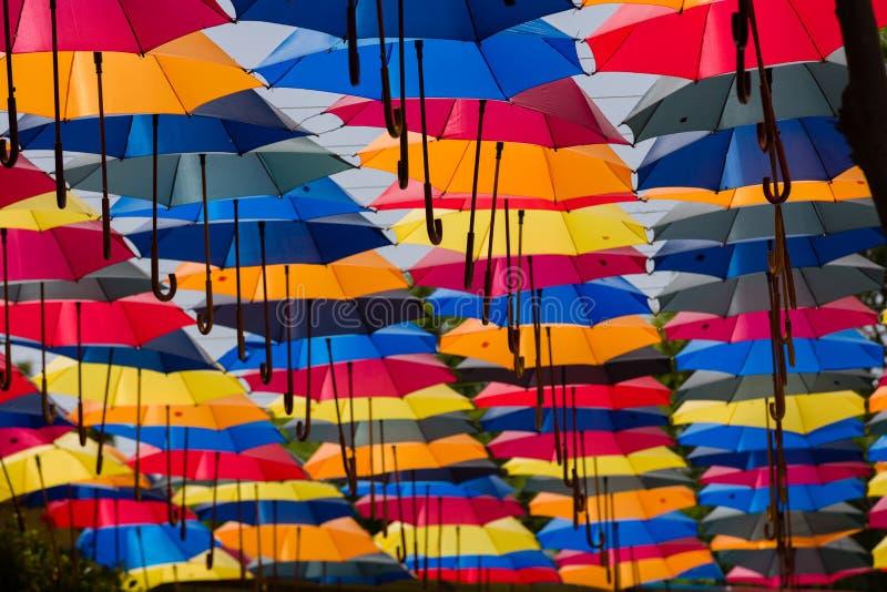 Porciones de paraguas coloridos conectados para dar la sombra sobre la calle imágenes de archivo libres de regalías