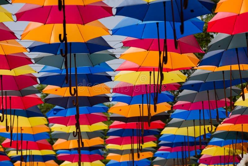Porciones de paraguas coloridos conectados para dar la sombra sobre la calle fotos de archivo libres de regalías
