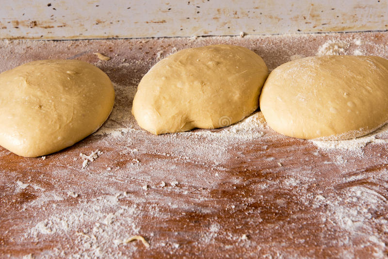 Porciones de pasta de pan dejadas a la subida imagenes de archivo