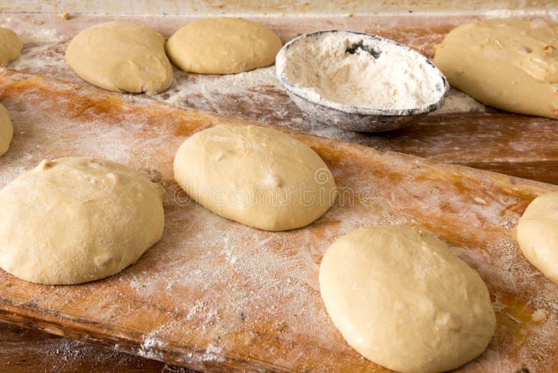 Porciones de pasta para el pan en una tabla en una panadería foto de archivo libre de regalías