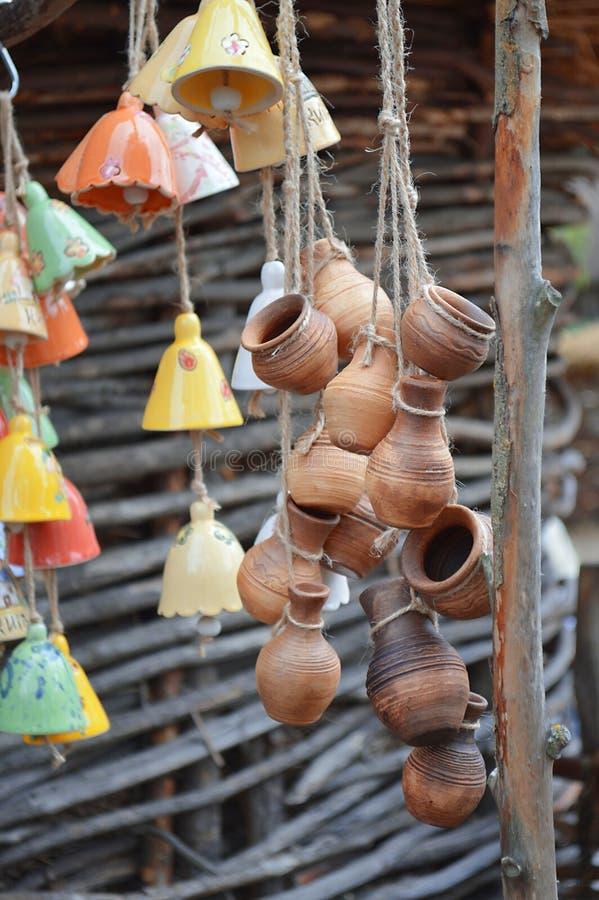 Porciones de potes y de campanas de arcilla de la ejecución foto de archivo