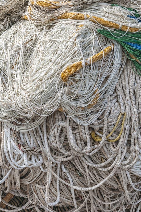 Porciones de redes y de cuerda de pesca foto de archivo