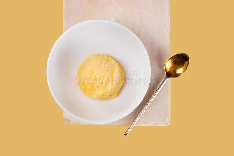 Porcja cytryny sorbet w białym pucharze na kamienia stojaku fotografia stock