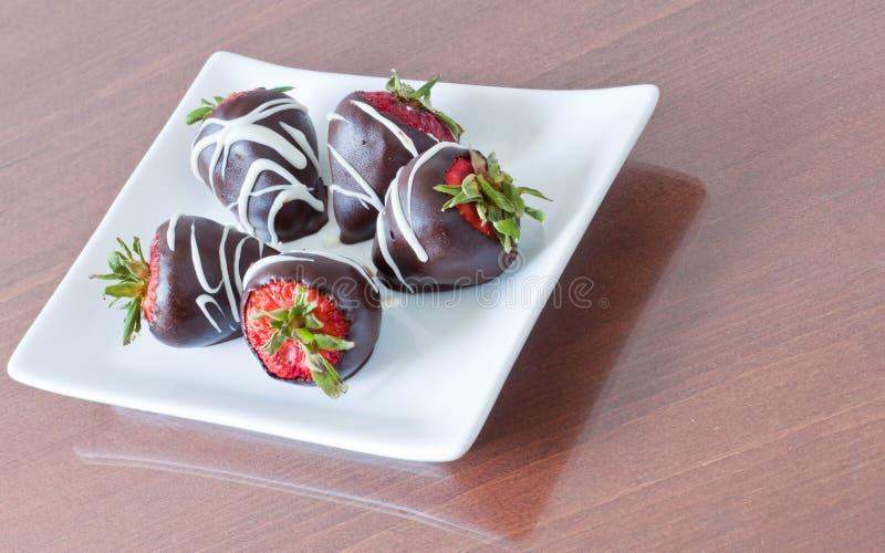 Porcja czekolada zakrywał truskawki obrazy stock