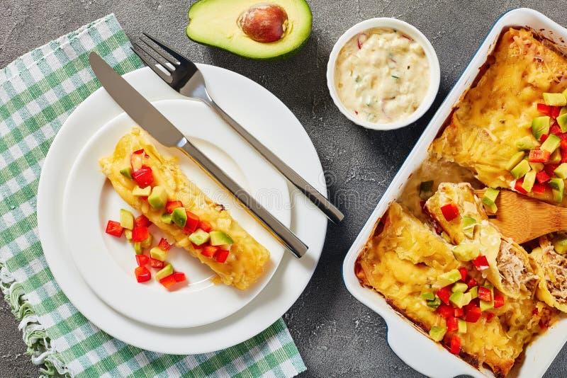Porcja enchiladas na talerzu, zakończenie fotografia royalty free