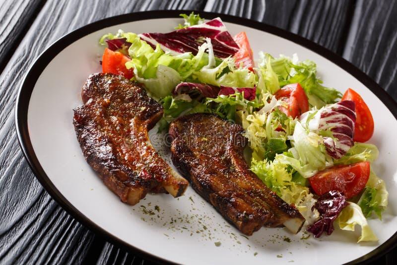 Porcja smażący jagnięcy kotleciki z świeżego warzywa sałatką na w górę stołu horyzontalny fotografia stock