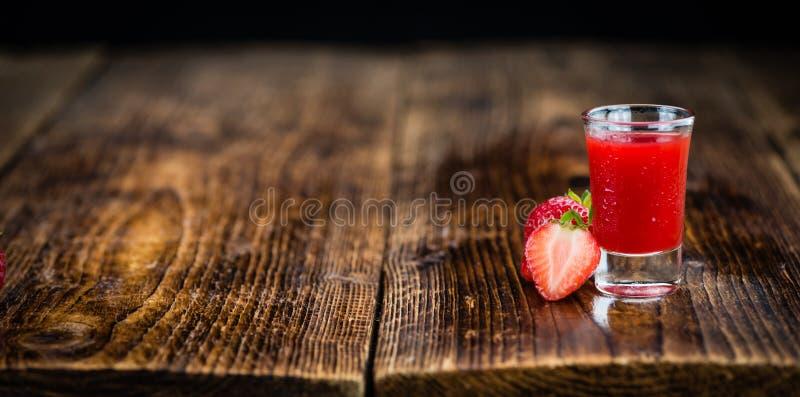 Porcja Truskawkowy ajerkoniak na drewnianym tle, selekcyjny fo obrazy stock